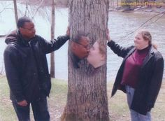 the kissing tree.Their love was all bark no bite. (submitted by Melody) awkward family photos Funny Couple Pictures, Reaction Pictures, Couple Photos, Couple Posing, Funny Couples, Cute Couples Goals, Emo Couples, Black Couples, Stupid Memes