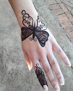 Doll up on rakshabandhan with pretty rakshabandhan mehndi designs that are apt for this festival! Here are 25 inspirations of Rakhi mehndi designs for Finger Henna Designs, Simple Arabic Mehndi Designs, Henna Art Designs, Mehndi Designs For Girls, Mehndi Designs For Beginners, Mehndi Designs 2018, Modern Mehndi Designs, Mehndi Designs For Fingers, Mehndi Design Photos