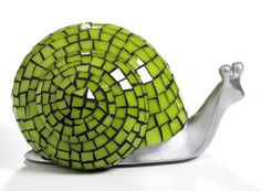 Love the color combo on this snail! Mosaic Crafts, Mosaic Projects, Mosaic Art, Mosaic Glass, Stained Glass, Glass Art, Mosaic Ideas, Snail Craft, Mosaic Animals