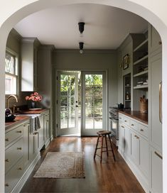 Old Kitchen, Green Kitchen, Kitchen Decor, Kitchen Design, Kitchen Ideas, Happy Kitchen, Galley Kitchens, Home Kitchens, Country Kitchens