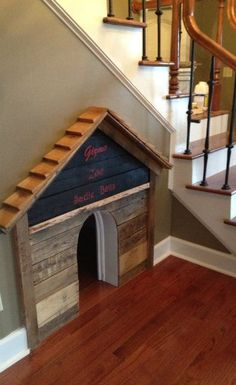 Casa para perro bajo las escaleras dentro de una casa - Escaleras para perros ...