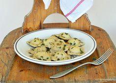 Ravioli con crema di zucca e castagne al pesto di salvia on http://www.unavnelpiatto.it