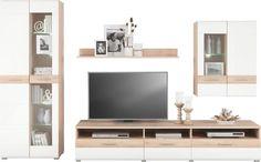 Diese Wohnwand von XORA erfüllt junge Wohnträume in Ihrem Zuhause. Die Möbel sind aus robuster Flachpressplatte hergestellt und gewähren Ihnen kreative Gestaltungsfreiheit. So lassen sie sich dank natürlicher Buchefarben mit Elementen in Weißideal mit Dekoideen oder zusätzlichen Möbeln kombinieren. Diese Wohnwand fährt ein vielfältiges Möbelensemble auf. Den Anfang macht das TV-Element: Ihr Fernseher ist ohnehin schon ein Blickfang im Wohnzimmer. Auf der pa