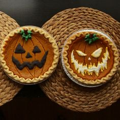 Turn store-bought pumpkin pies into spooky jack o'lanterns with this creative, time-saving tip. Get your 3 free stencils here, here, and here. Halloween How to Decorate Store-Bought Pumpkin Pies for Halloween Halloween Desserts, Postres Halloween, Fröhliches Halloween, Halloween School Treats, Holidays Halloween, Halloween Decorations, Terrifying Halloween, Halloween Costumes, Vintage Halloween