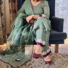 Punjabi Suits Party Wear, Pakistani Fashion Party Wear, Pakistani Dresses, Dress Indian Style, Indian Fashion Dresses, Indian Designer Outfits, Trendy Suits, Classy Suits, Punjabi Suits Designer Boutique