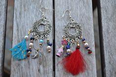 Boucles d'oreille style attrape-rêve avec plumes, lapis-lazuli, perles et breloque poupée russe en bois : Boucles d'oreille par les-perles-de-eihpos