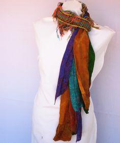 Original foulard rico en textiles estampados hindúes, acompañado de broche –flor en tonos acordes.
