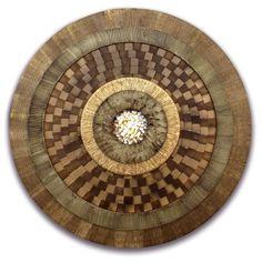 Mandala decorativa em MDF laminado, texturizado, com quadriculado em tons de canela, imbuia e freijó e pedrinhas naturais no centro - Ø 90 cm - 12933 - R$ 585,00.