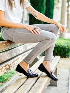 Thania Peck of Catcher in the Style shows you how to wear the AEO Super Soft Jegging.