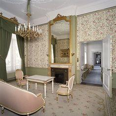 De kamer van Hare Majesteit en Zijne Koninklijke Hoogheid, met doorkijk naar de ernaast gelegen ruimten, gelegen aan de voorzijde van het corps de logis