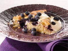 Mustikkapiiras syntyy vähällä vaivalla ja maistuu vaniljakastikkeen kanssa.