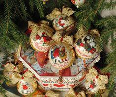 Солнышко повернуло на зиму, пора начинать неспешную, 'со вкусом' подготовку к Новому году:))) Представляю большой набор игрушек с золотой сеточкой и жемчужинками 'А снег идет...'' В наборе может быть любое количество самых разных игрушек: шары Д 10см, Д 8см, Д 6см, капли, маленькие и большие сердечки и колокольчики, медальоны Д 10см или Д 8см.... Декор подберем совместно - изображения на…