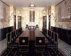 Josef Hoffmann Architecte autrichien 1870-1956   Il représente la charnière entre l'Art nouveau et l'Art Déco. Ses réalisations ultérieures des villas, des halls d'exposition échappent nettement aux courants majeurs de l'architecture pour atteindre une pureté et une austérité extrêmes.