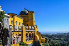 Ein farbenfrohes Märchenschloss in einem verwunschenen Wald: der Palácio Nacional da Pena in der Märchenstadt Sintra in Portugal, nahe Lissabon.
