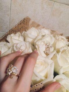 Серебряное кольцо с фианитами, эмалью и перламутром