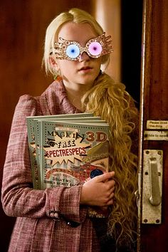 """""""Harry Potter"""": Die Stars heute und damals Evanna Lynch embodies the dreamed-up """"Luna Lovegood"""" in the """"Harry Potter"""" movies. """"Luna"""" is considered by many as an outsider, """"abnormal"""" and crazy, but doe Fans D'harry Potter, Theme Harry Potter, Harry Potter Aesthetic, Harry Potter Love, Harry Potter Characters, Harry Potter World, Literary Characters, Harry Potter Fancy Dress, Potter Facts"""
