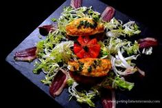 salade d'oeufs frits sur ardoise Bruschetta, Ethnic Recipes, Food, French Fries, Salad, Kitchens, Slate, Fine Dining, Eten