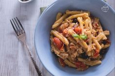 La pasta con pesce persico è un piatto saporito da servire per una gustosa cena di pesce: cipolla rossa e olive taggiasche danno uno sprint in più!