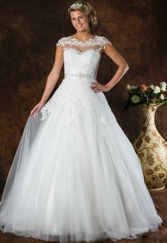 Romantische trouwjurk ALLF27 met A-Lijn rok in tule. Mooie schouderapplicaties. Open rug met zelfde applicaties en romantische strik. Klein sleepje. Lace Wedding, Wedding Dresses, One Shoulder Wedding Dress, Fashion, Tulle, Bridal Dresses, Moda, Bridal Gowns, Wedding Dressses