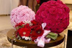 bolas de rosas: são bolas de isopor com rosas feitas de papel crepon coladas com cola quente