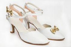 Chaussure de danse et de mariage haut de gamme, fabrication française, 100% personnalisable. Souple et confortable. Ici en cuir blanc. Shoes, Fashion, White Leather, Dance, Heels, Top, Weddings, Moda, Zapatos