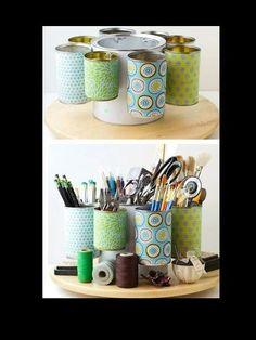 Boîtes de conserve bien récupérées et décorées comme porte-crayons ou outils.