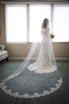 Incredible_lace-trimmed_veil.full