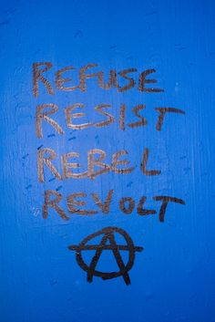 This picture shows the values of the punk culture, to rebel against all that they do not agree with. Guy Debord, Los Muertos Tattoo, Arte Punk, Punk Patches, Punks Not Dead, Fight The Power, Riot Grrrl, Protest Signs, Rebel