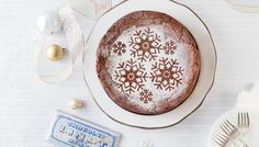 You don't have to be a serious home baker to master Lindt's delicious dark chocolate torte recipe. This exquisite cake is perfect for any celebration — we even pair it up with our favourite tipple. Dark Chocolate Torte Recipe, Flourless Chocolate Torte, Lindt Chocolate, Chocolate Lovers, Melt Chocolate In Microwave, Melting Chocolate, Torte Au Chocolat, Cheesecake Tarts, Sweetened Whipped Cream