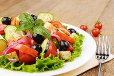 Greek salad with red onion Caprese Salad, Cobb Salad, Greek Salad, Soup And Salad, Cantaloupe, Onion, Food And Drink, Fruit, Recipes