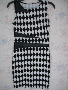Vestido Papaya Color blanco y negro con diseño triangular
