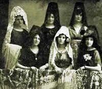 Los orígenes de la mantilla española pueden remontarse a la cultura íbera donde las mujeres se cubrían el pelo con velos para adornarse.Dura...