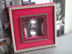 Après le miroir en version brut et blanc visible ici, je me lance dans la couleur rose flashie. Le modèle est toujours tiré du même livre, il est d'ailleurs en couverture...