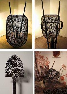 Esta escultora canadiense, nacida en Halifax, Nueva Escocia en 1968, llena de encajes todo tipo de elementos metálicos como carretillas,...