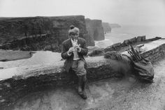 Shillelagh salesman Denny plays his penny whistle at the cliffs of Moher, County Cavan, Ireland, Jill Freedman New York Photographers, Documentary Photographers, Old Photos, Vintage Photos, Strange Magic, County Clare, Irish Culture, Cliffs Of Moher, High Art