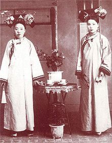 "Two manchurian ladies with a loose qipao at the end of the Qing dynasty to In 1920 a more fitting shape was preferred by chinese women and the qipao (cheongsam) was adapted to the femenine body. The word ""qipao"" means ""banner gown. Cheongsam, Vintage Photographs, Vintage Photos, Last Emperor Of China, China People, Chinese Clothing, Ancient China, Qing Dynasty, Chinese Culture"