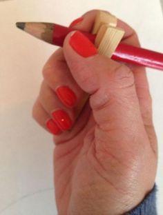 Idee gevonden op Pinterest...een hulpmiddel voor kinderen met een niet zo sterke spierspanning, om een potloodgreep te oefenen?