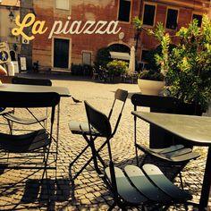 High noon auf der Piazza. Grüne Fensterläden, Wäsche zwischen engen Gassen, alte Palazzi in gelb, orange, cottorot. Fehlt noch was? Ach ja, ein schattiges Plätzchen vor der Bar Massimo, ein Aperol sprizz und dass die Eisdiele endlich öffnet. #Italien #Toskana #Wandern #Meer