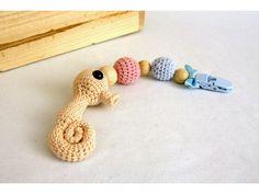 Morský koník je uháčkovaný zo 100% bavlny, má bezpečnostné očká, je vyplnený dutým vláknom. Klip je dozdobený drevenými korálkami z opracovaného prírodného dreva, a háčkovanými guličkami z výplňou Crochet Toys, Baby Toys, Crochet Necklace, Handmade, Amigurumi, Hand Made, Handarbeit, Children Toys, Kids Toys