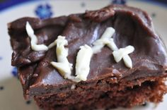 Luksus svampet chokoladekage med hvid chokoladepynt   NOGET I OVNEN HOS BAGENØRDEN