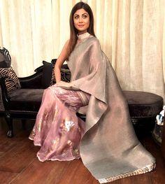 Shilpa Shetty's metallic sari cost at Rs Drape Sarees, Saree Draping Styles, Saree Styles, Party Wear Lehenga, Party Wear Dresses, Indian Beauty Saree, Indian Sarees, Shilpa Shetty Saree, Sonakshi Sinha