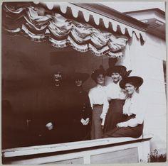 Grã-duquesas Olga e Tatiana (a direita) com três amigas.
