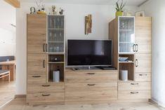 HARTL HAUS Traumhaus mit offenem Wohn- und Essbereich. Die Räume sind durch die Möbel optisch miteinander verbunden. Modern, Flat Screen, Furniture, Home Decor, Homes, Blood Plasma, Trendy Tree, Decoration Home, Room Decor