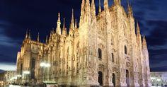 """Em um país como a Itália, com tantas igrejas lindas, o Duomo de Milão ocupa um dos lugares mais altos do pódio. A construção da igreja foi iniciada em 1386 e sua arquitetura tem o chamado estilo """"gótico centro-europeu"""". Seu exterior é extremamente chamativo. Seu interior, por sua vez, é austero, abrigando mais de mil estátuas sacras, além da capela de San Carlo (que abriga os restos de San Carlo Borromeo). A parte mais divertida do passeio pelo templo é visitar seu terraço (onde se chega…"""