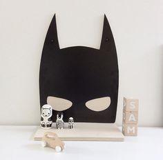 Supergave Batman wandplank van het merk Love you more!  Deze stoere wandplank maakt het kamertje helemaal af van je eigen superheld ;-) Voor boekjes of leuke kinderkameraccessoires. Je kan hem ook leuk als nachtkastje gebruiken of zet hem weg.  Afmeting: 41cm hoog, 30 cm breed