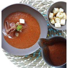 Voltak+aggályaim+a+hideg,+főzés+nélküli+levesekkel+kapcsolatban,+de+ennek+vége.+Ez+a+gazpacho+(hideg+spanyol+zöldségleves)+teljesen+levett+a+lábamról,+úgyhogy+gyorsan+fel+is+kerül+a+kedvenc+receptek+listájára.+Miután+elkészült+a+legjobb,+ha+egy+éjszakára+hűtőbe+tesszük,+hogy+az+ízek+tökéletesen… Gazpacho, Thai Red Curry, Ethnic Recipes, Food, Essen, Meals, Yemek, Eten