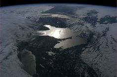 Unusual perspective of the Great Lakes, from space by Col. Chris Hadfield, Commander of the ISS. Sistema Solar, Perspective Pictures, Chris Hadfield, Earth Photos, Earth From Space, Out Of This World, Great Lakes, Aerial Photography, Science And Nature