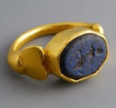 Roman gold ring with intaglio glass paste. Beginning of the third century