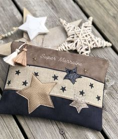 Pochette Stars Pochette Stars Pochette * Stars * - Another! - Her Crochet Sewing Hacks, Sewing Projects, Sewing Tips, Diy Clutch, Embroidery Bags, Couture Sewing, Denim Bag, Fabric Bags, Zipper Bags