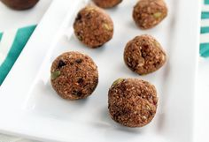 These snacks provide a burst of energy as well as several healthy ingredients to keep you going and fueled for your day. You may be surprised to read that some of these recipes are much easier to make than you may think. Here 10 big bad energy balls. Healthy Vegan Snacks, Yummy Snacks, Vegan Desserts, Vegan Recipes, Snack Recipes, Yummy Recipes, Healthier Desserts, Vegan Cake, Healthy Smoothies